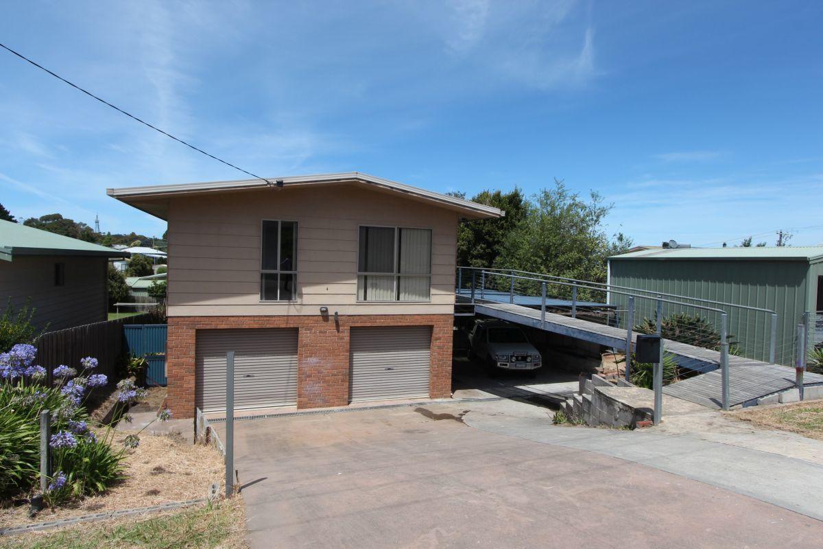4 Surf Court, Lakes Entrance VIC 3909-1